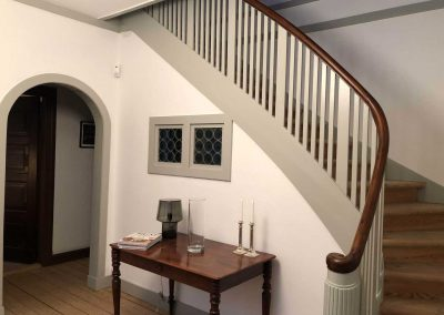 Hall renoveret med ny maling på vægge/lofter og alt træværk.
