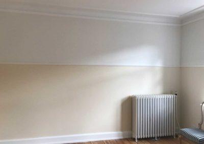 Tapet fjernet og vægge rettet op, stuk repareret/eftermonteret. Vægge og paneler malet.